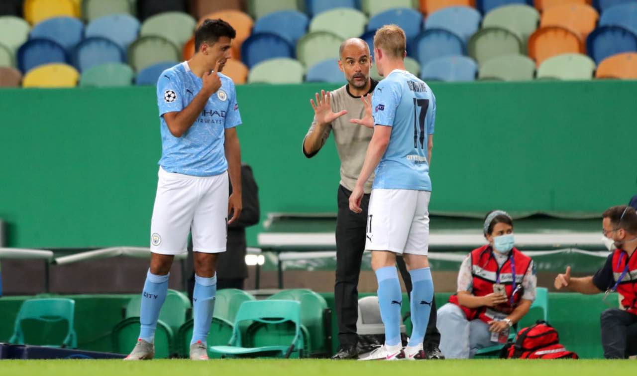 Guardiola dà indicazioni a De Bruyne e Rodri