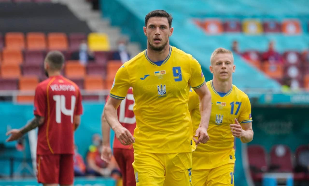 Yaremchuk esulta dopo un gol