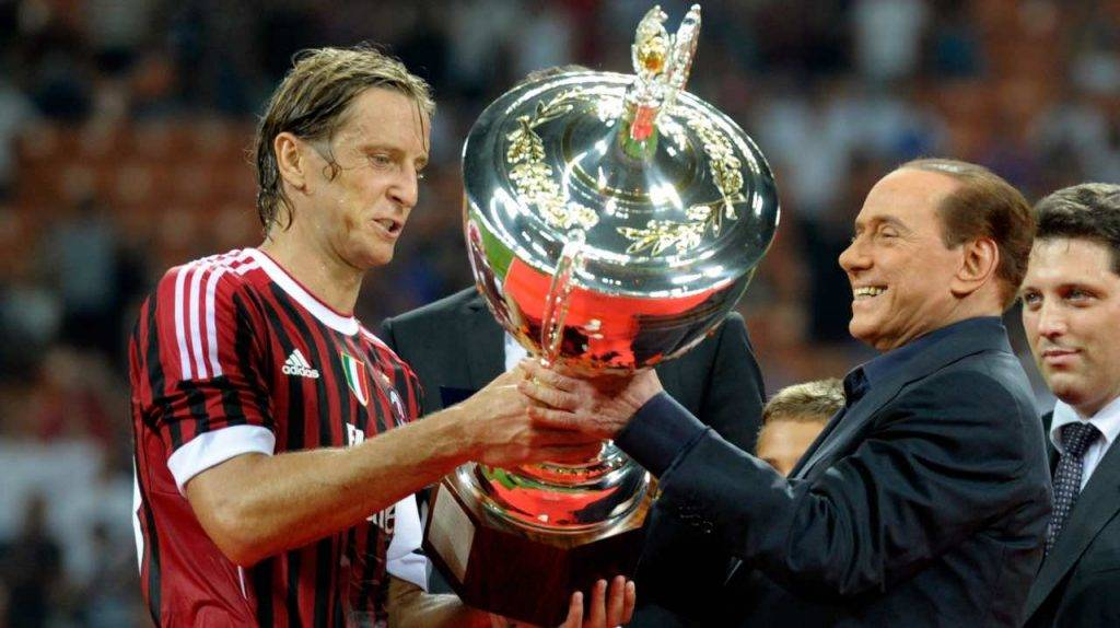 Ambrosini e Berlusconi con il Trofeo