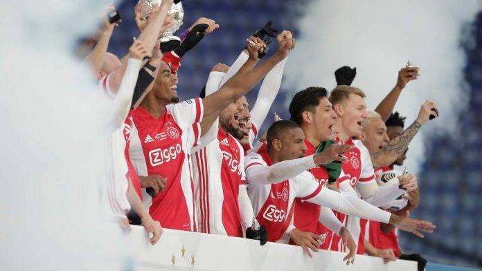 Ajax esulta per la coppa