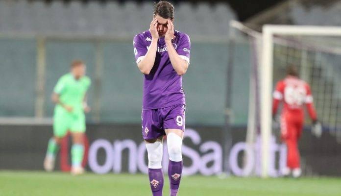 Vlahovic all'uscita dal campo con la Fiorentina