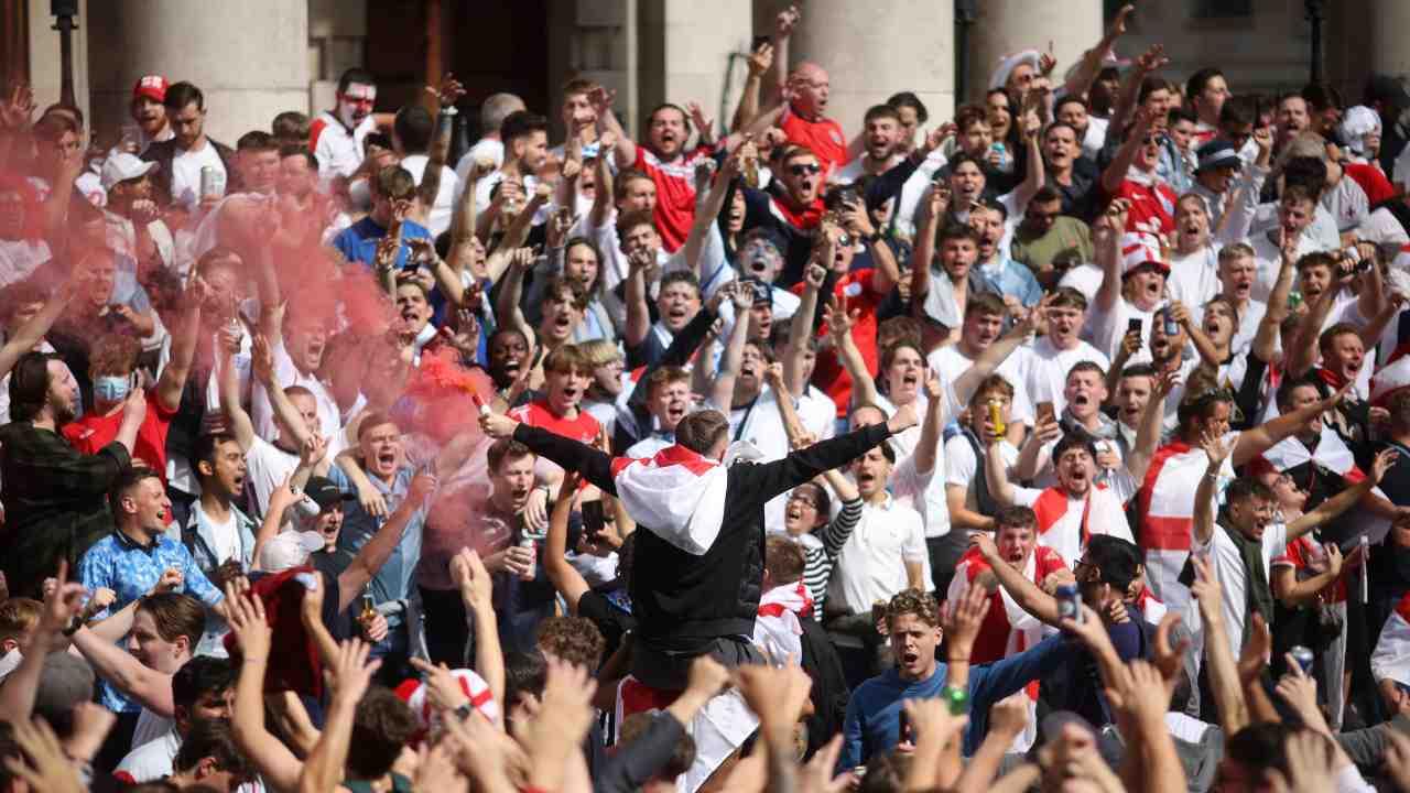 Tifosi dell'Inghilterra caricano l'ambiente