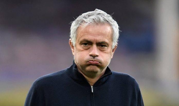 il tecnico della Roma José Mourinho sbuffa