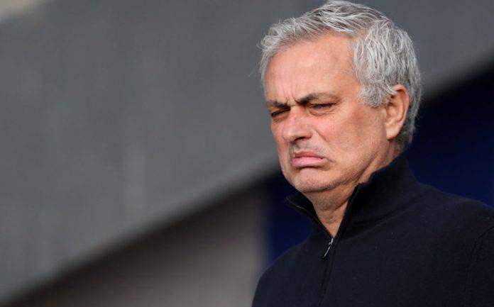 Mourinho con un'espressione disgustata