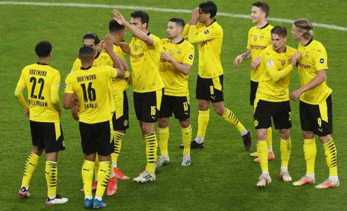 Sancho esulta con i compagni del Borussia Dortmund