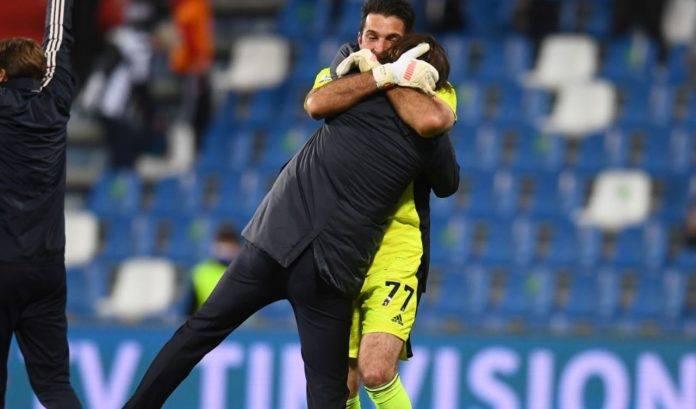 Pirlo e Buffon si abbracciano