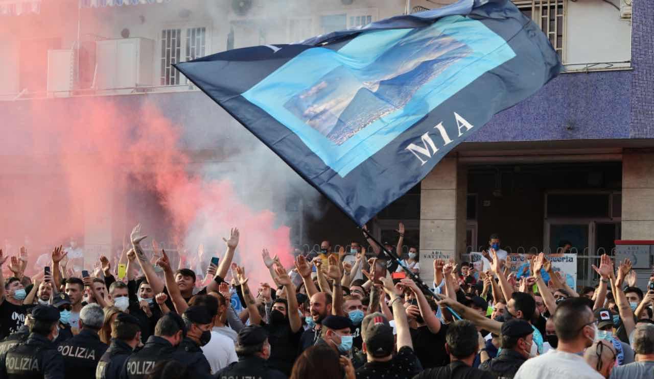 Tifosi del Napoli all'esterno del Maradona