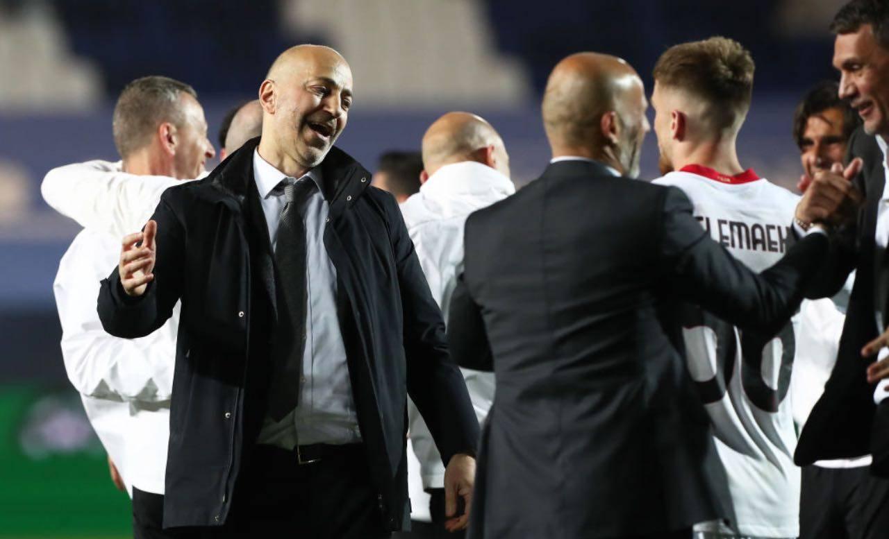 Gazidis batte il cinque ai giocatori del Milan