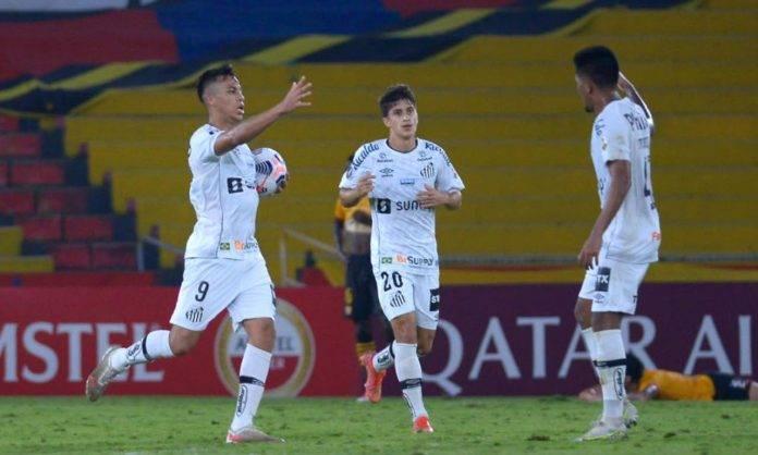 Santos, Kaio Jorge esulta coi compagni dopo un gol