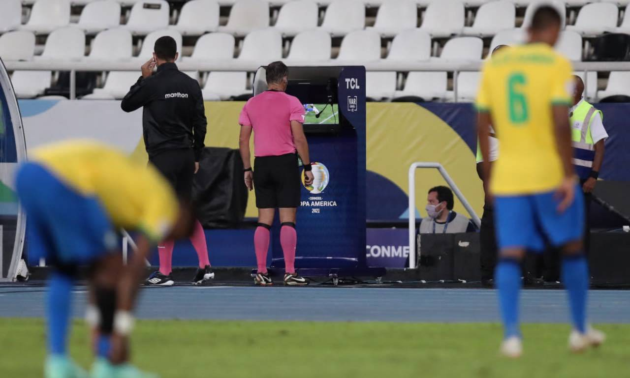 L'arbitro Loustau al VAR durante Brasile-Cile