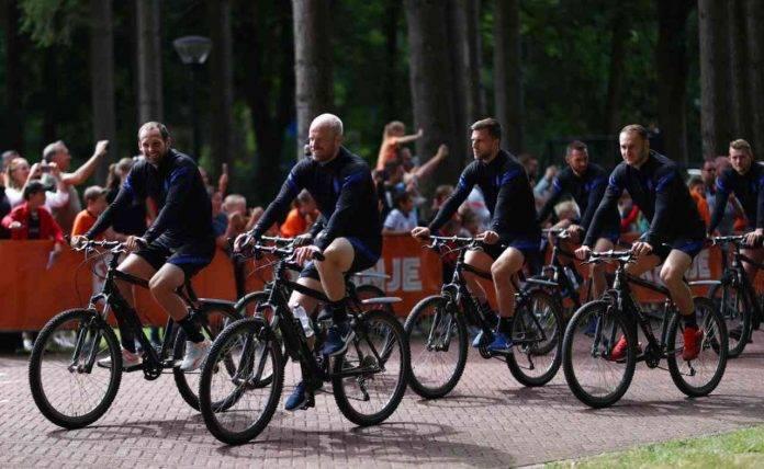 Blind, Klaassen, Veltman, Koopmeiners in bicicletta
