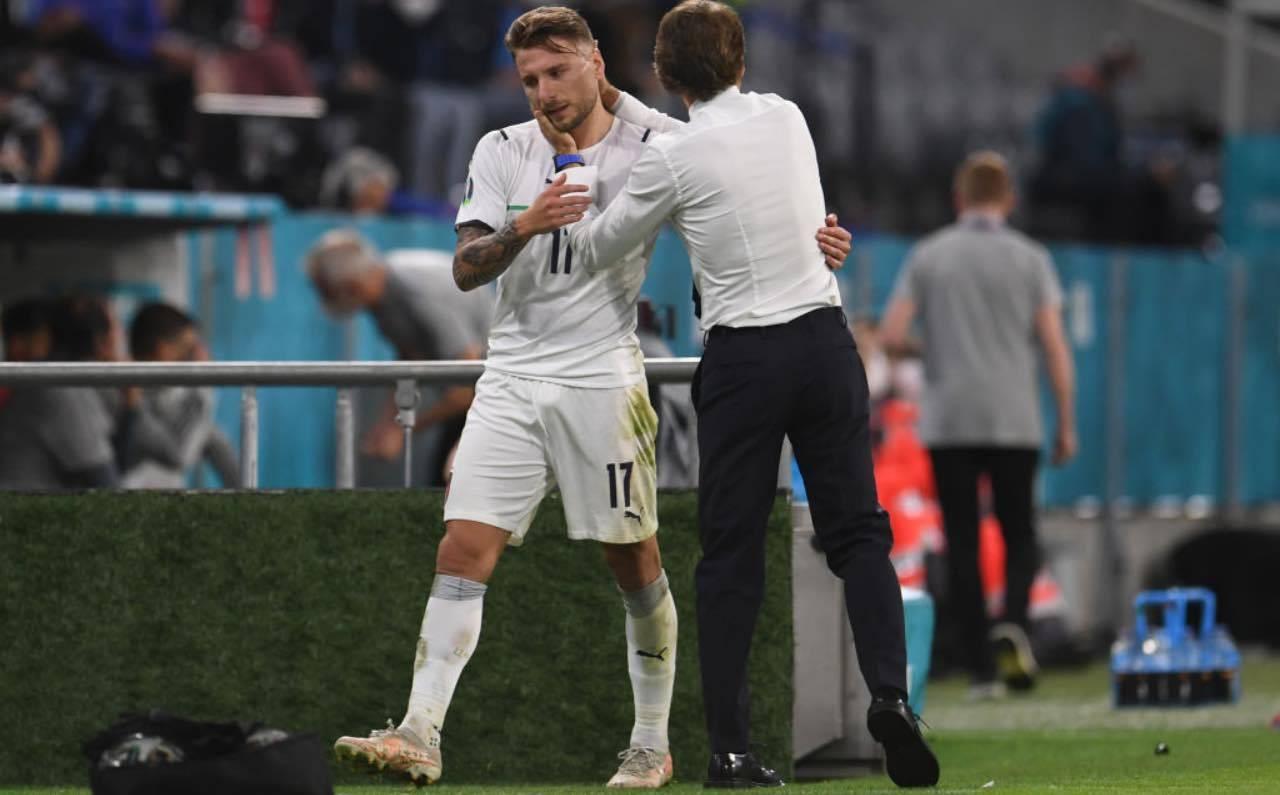 Mancini abbraccia Immobile all'uscita dal campo