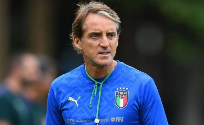 Mancini dirige l'allenamento dell'Italia