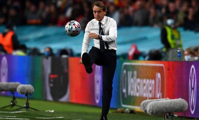 Mancini tira il pallone