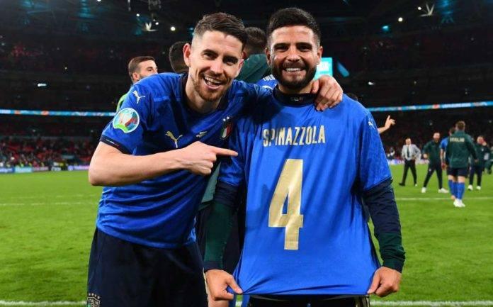 Jorginho ed Insigne mostrano la maglia di Spinazzola