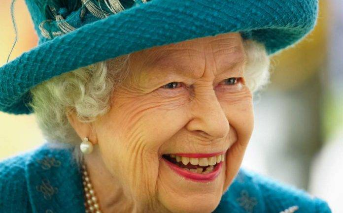 La Regina Elisabetta sorride