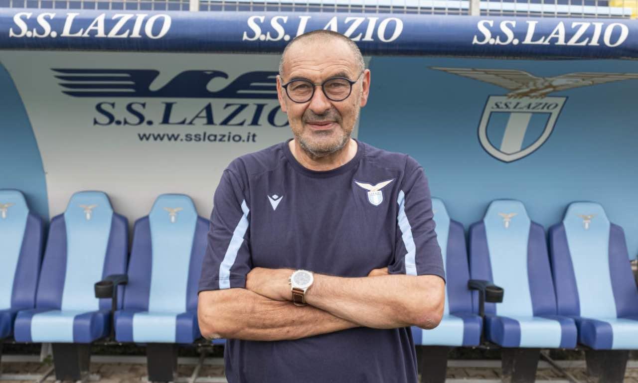 Sarri in posa sulla panchina della Lazio