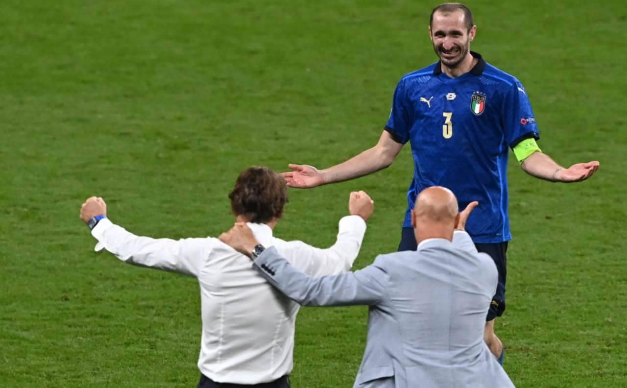 Chiellini, Vialli e Mancini si abbracciano