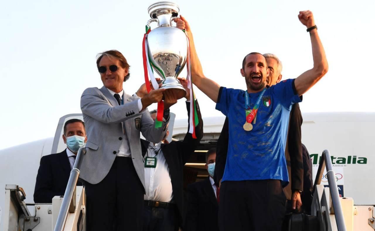 Mancini e Chiellini alzano il trofeo