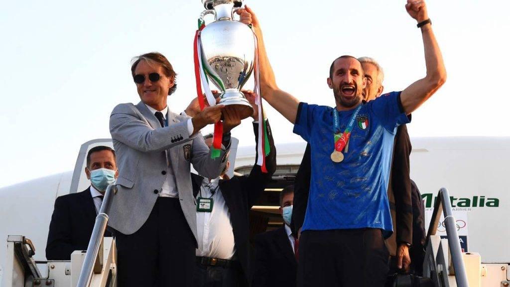 Mancini e Chiellini esultano con la coppa