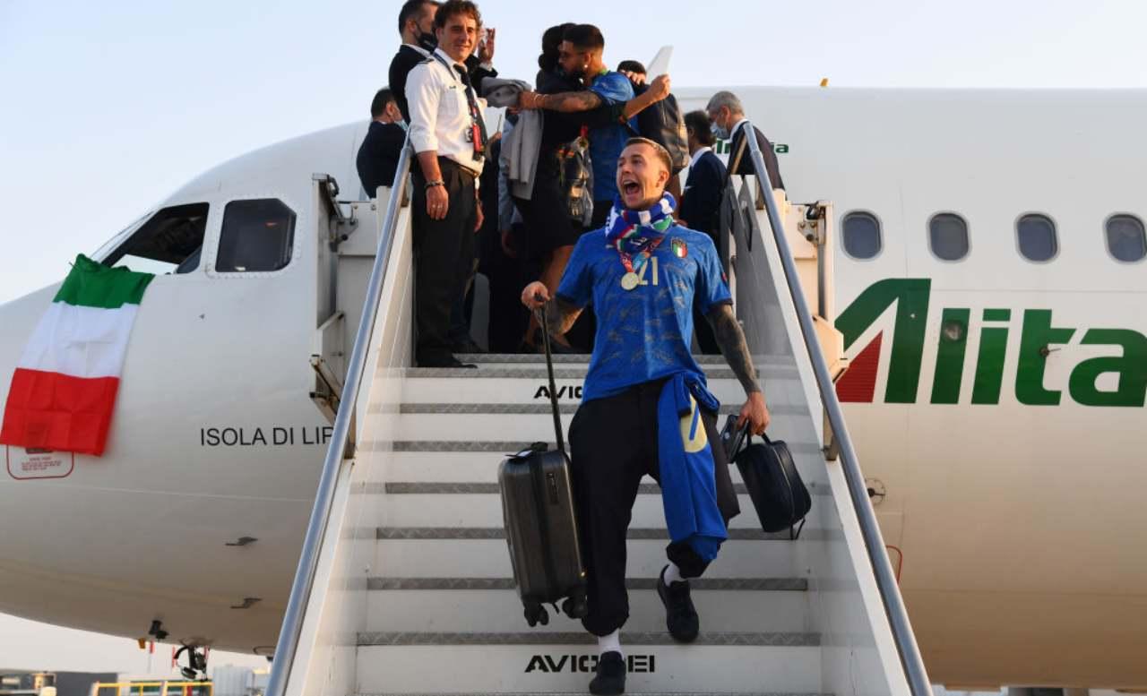 Bernardeschi scende dall'aereo