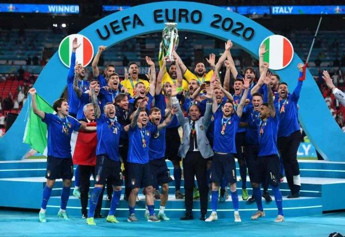 italia alza coppa euro 2020