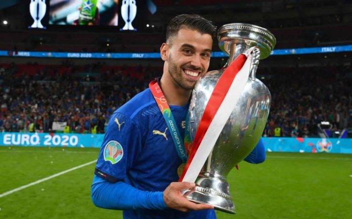 Leonardo Spinazzola col trofeo di Euro 2020