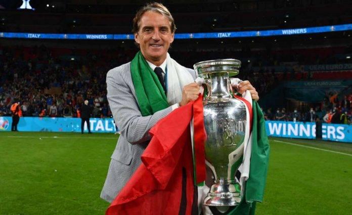 Mancini con il trofeo di EURO 2020