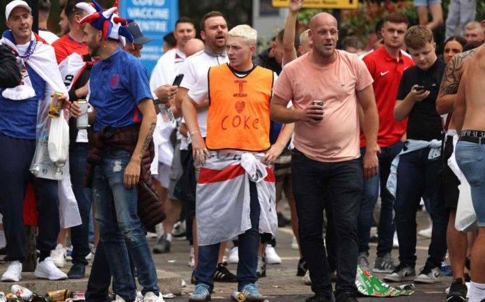 Tifosi inglesi all'esterno di Wembley