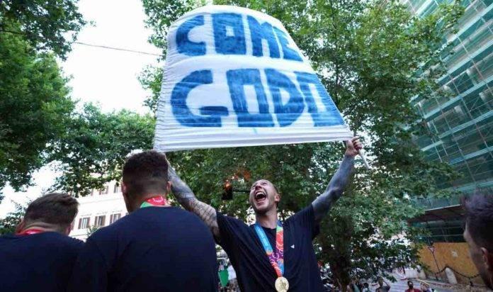 Bernardeschi festeggia con uno striscione la vittoria di EURO 2020