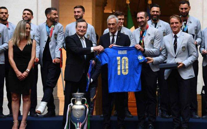 La Nazionale italiana con Gravina e Draghi
