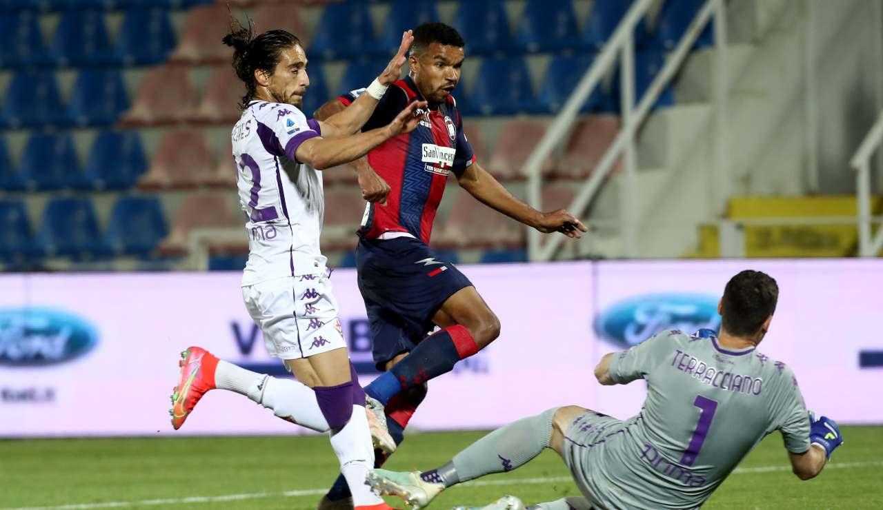 Junior Messias in azione contro la Fiorentina