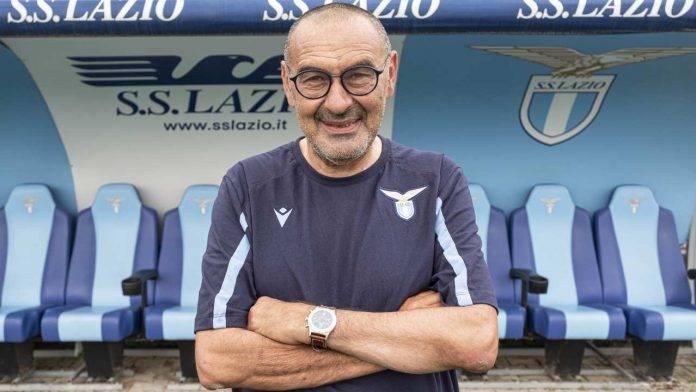 Maurizio Sarri posa durante le visite mediche della Lazio