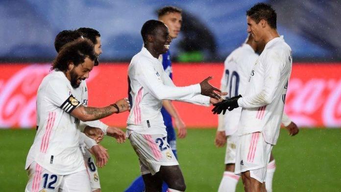 Varane festeggiato da Mendy dopo un gol del Real Madrid(Getty Images)