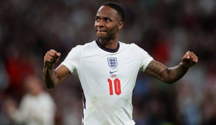 Sterling esulta dopo una delle giocate chiave della semifinale contro la Danimarca