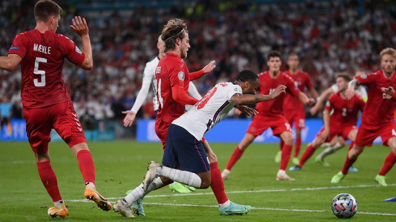 Il calcio di rigore dubbio concesso all'Inghilterra dopo la caduta di Sterling nell'area della Danimarca