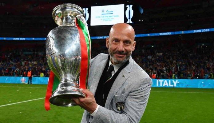 Gianluca Vialli con la coppa in mano