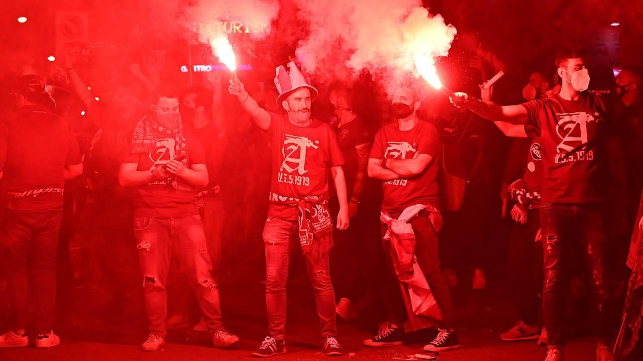 I tifosi della Salernitana festeggiano la serie A