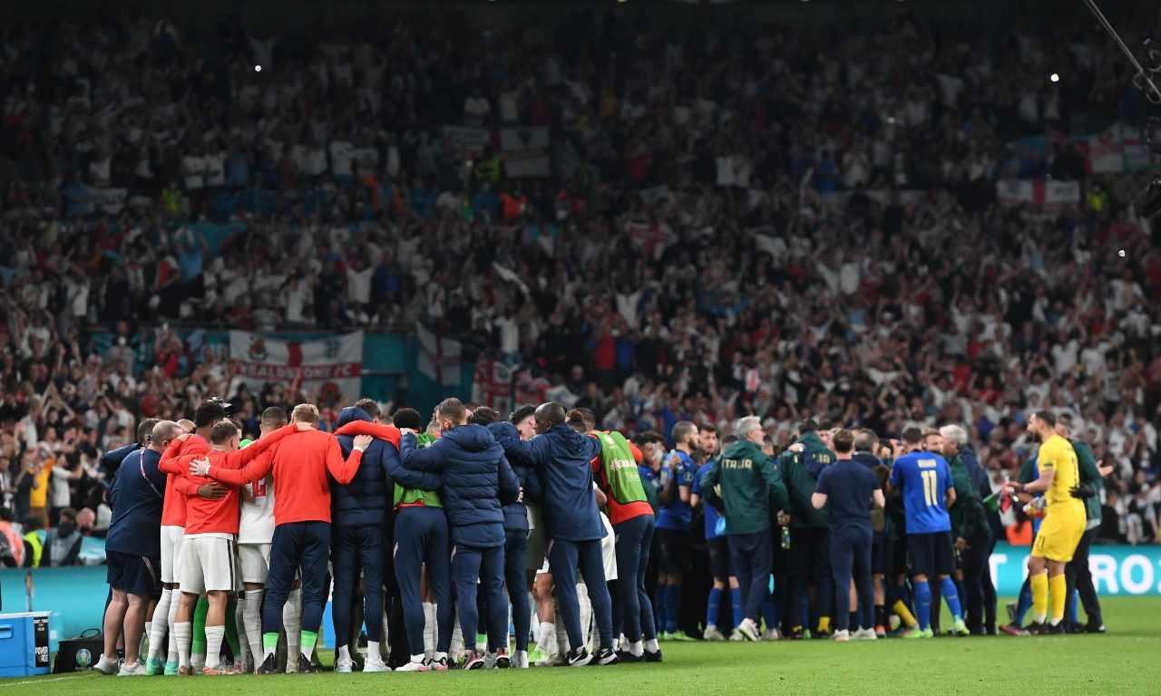 Italia-Inghilterra, squadre in cerchio
