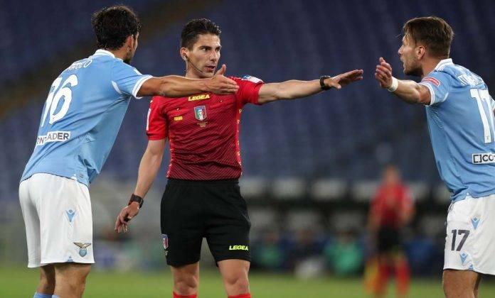 Lazio-Spezia, l'arbitro Dionisi a colloquio con Immobile