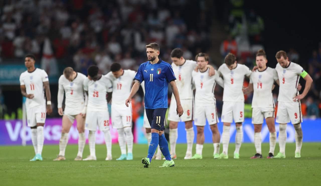 Berardi si avvia a calciare il rigore contro l'Inghilterra
