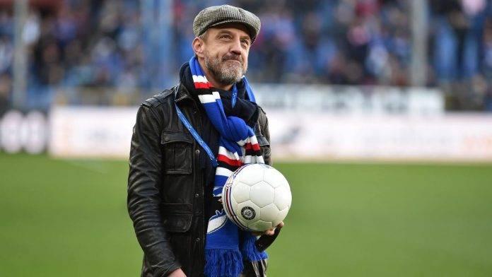 Francesco Flachi protagonista prima del calcio d'inizio di una gara della Sampdoria