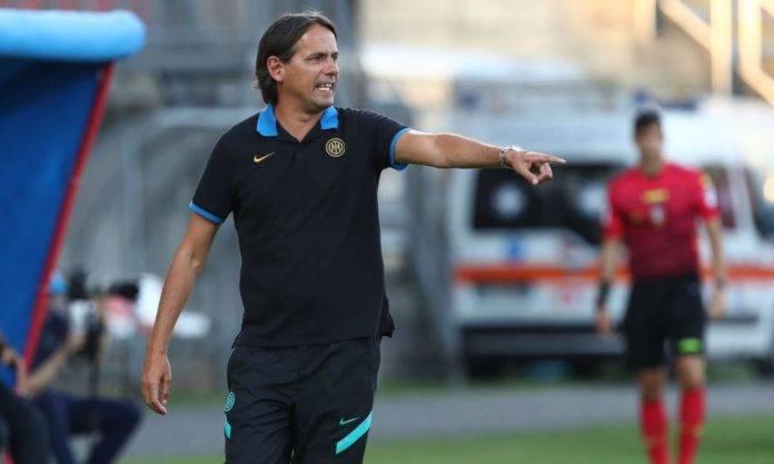Simone Inzaghi dà indicazioni alla squadra