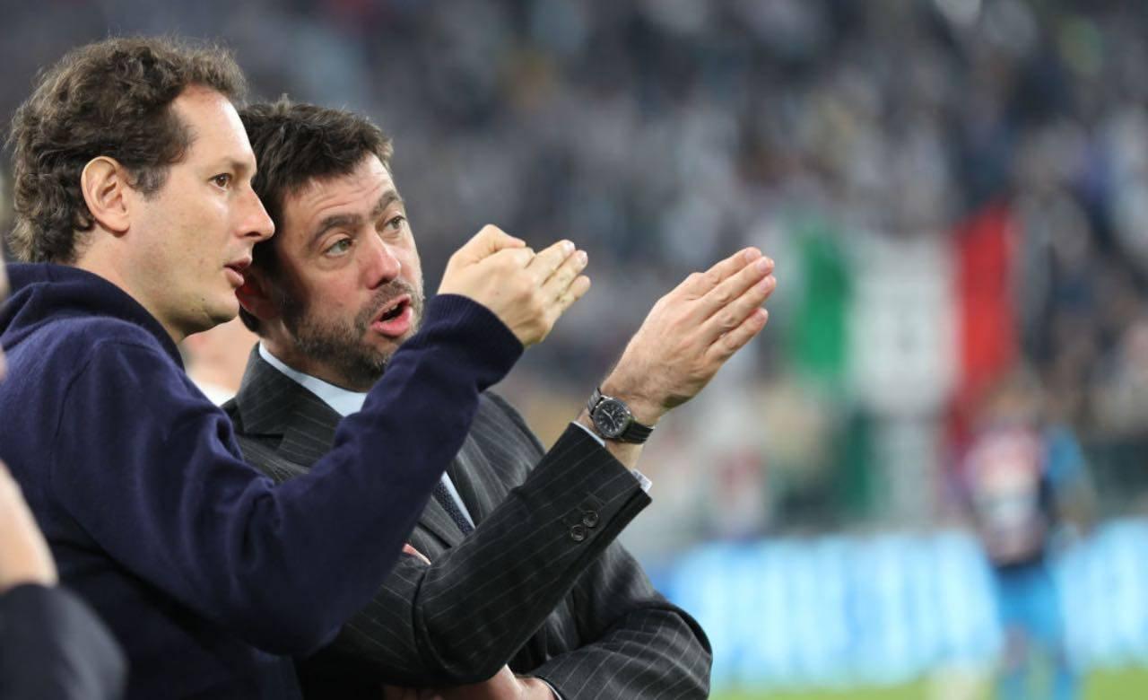 Agnelli ed Elkann parlano durante una partita