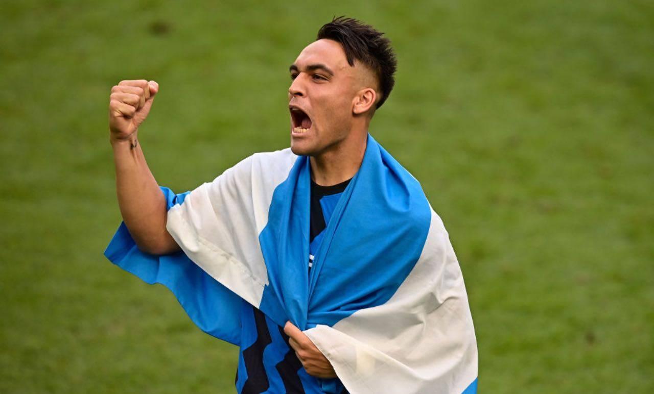 Lautaro Martinez avvolto nella bandiera argentina