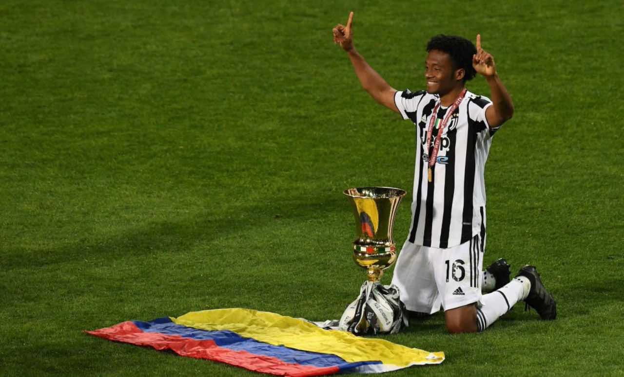 Cuadrado in ginocchio con la Coppa Italia
