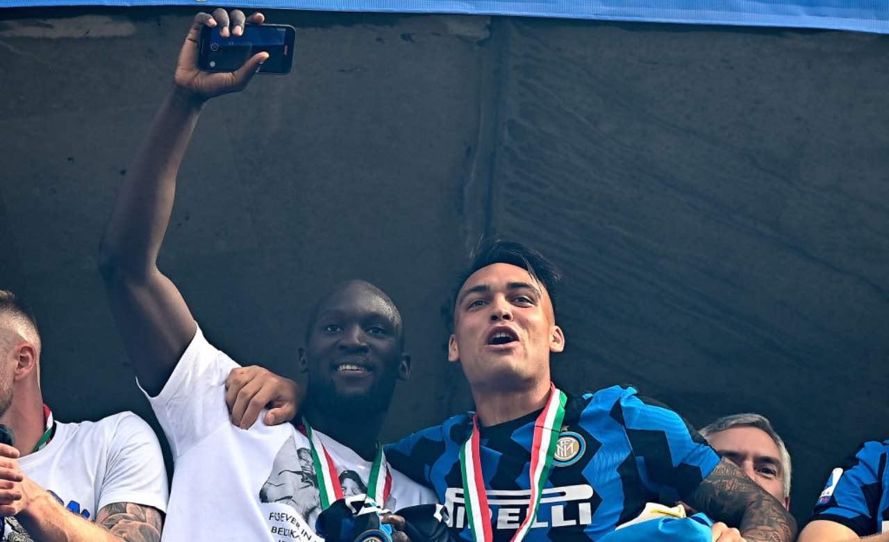 Lukaku e Lautaro festeggiano lo scudetto dell'Inter
