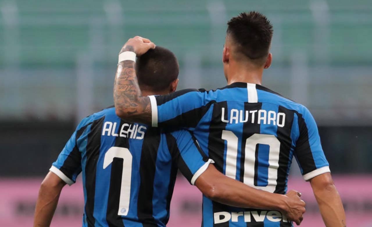 L'abbraccio tra Lautaro Martinez e Sanchez