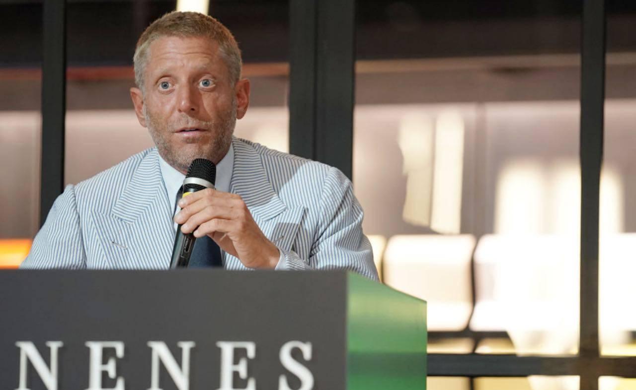Lapo Elkann durante una conferenza stampa