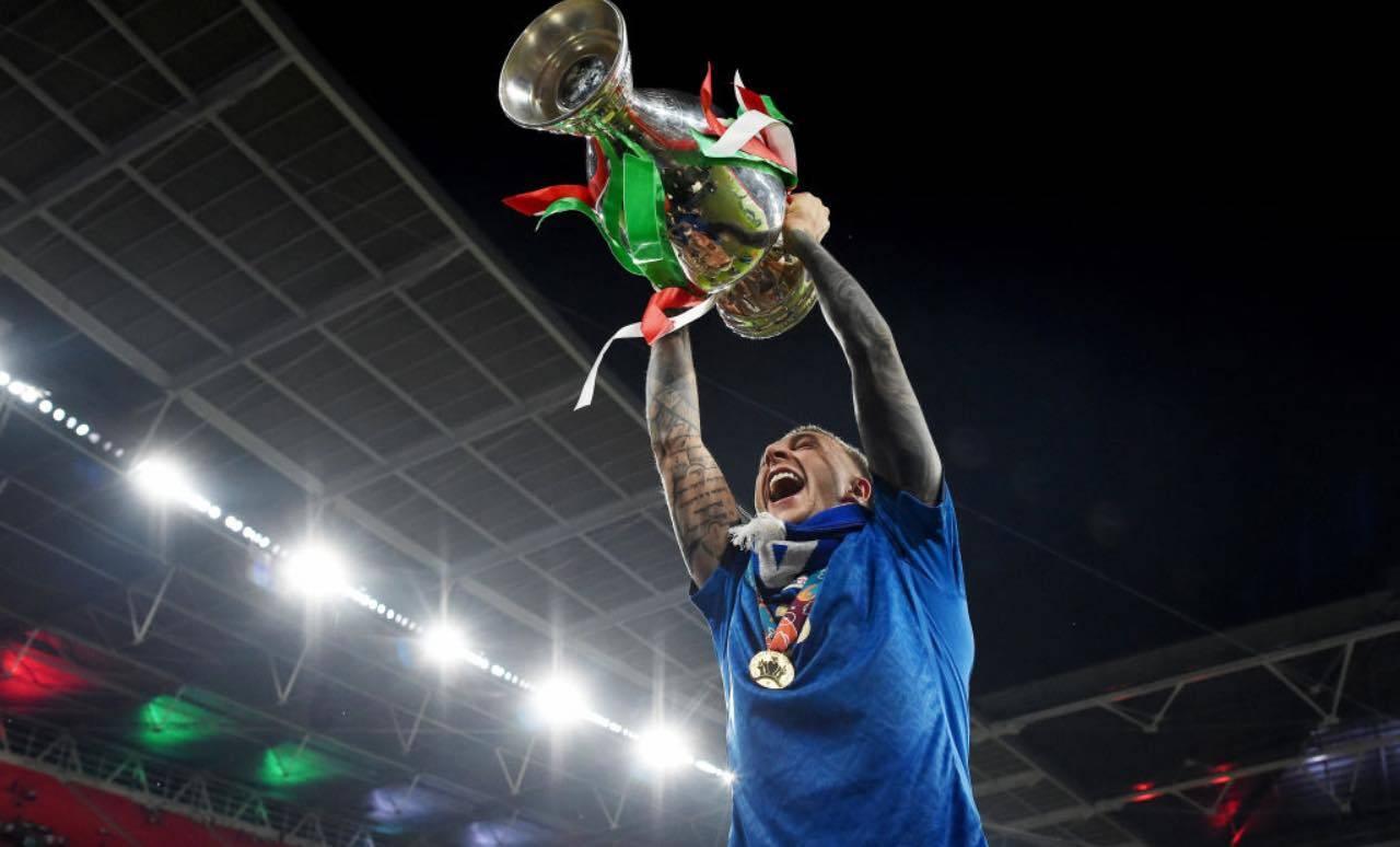 Bernardeschi solleva il trofeo degli Europei